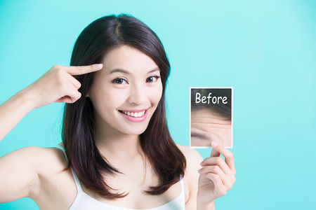 forme: beauty skincare woman take picture and point her forehead Banque d'images