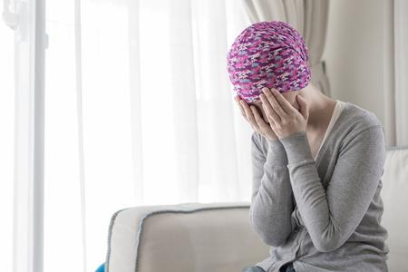自宅で貧しい癌女性感じる悪い