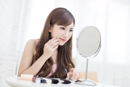 Donna di bellezza guardare specchio in camera Archivio Fotografico - 81290889