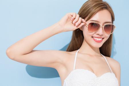 Vrouw glimlach gelukkig op de blauwe achtergrond