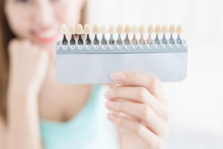 Femme avec palette de dent de couleur à la maison Banque d'images - 82659506