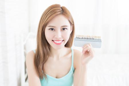 Mujer con paleta de colores de diente en casa