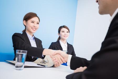 사무실에서 인터뷰를 가진 사업 사람들