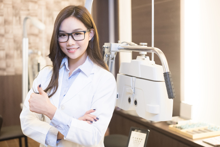 oculista: beauty woman optometrist smile happily and thumb up