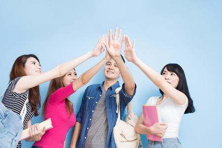 행복 한 그룹 학생 파란색 배경에 무료 느낌