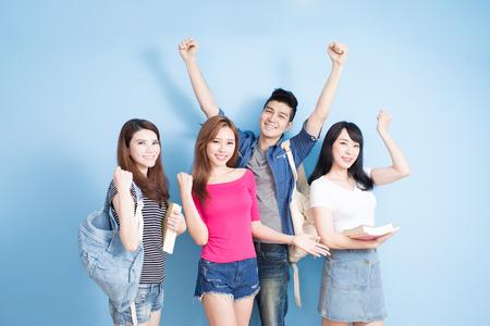 gelukkige groepsstudent voel zich vrij op de blauwe achtergrond
