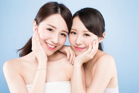 Zwei Schönheit Frau mit gesunden Hautpflege auf dem blauen Hintergrund Standard-Bild - 85042762