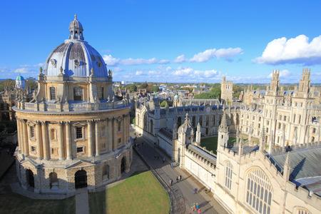 セント メアリーズ教会の塔の上に Photoed が付いているオックスフォード大学都市 写真素材