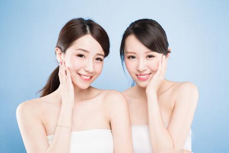 青の背景に健康的なスキンケアを 2 つ美容女性