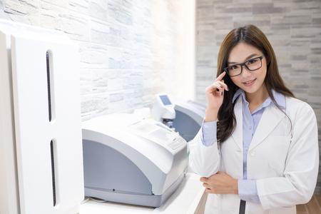 Schönheit Frau Optometriker Lächeln glücklich und schauen Sie Standard-Bild