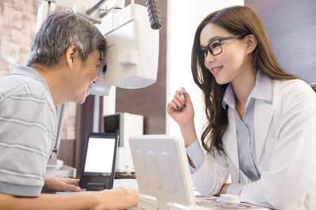 店での検眼医を持つ老人