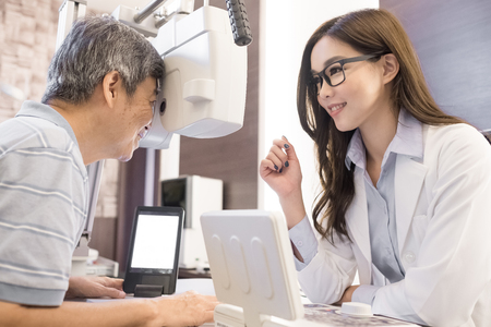 old man with optometrist in the store 版權商用圖片 - 85901165