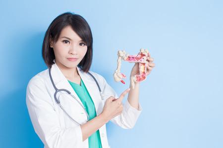 青の背景に大腸癌のコンセプト美容女医