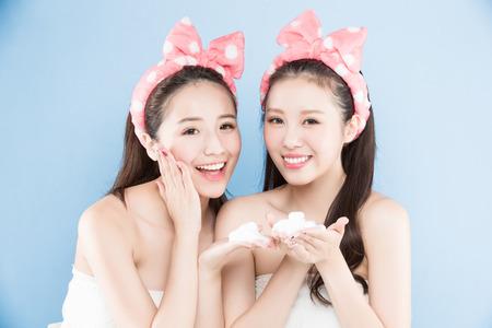 Zwei Schönheit Frau mit Make-up-Konzept auf dem blauen Hintergrund Standard-Bild - 86955286