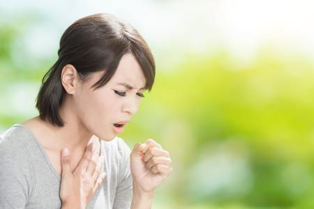 La mujer consigue enfermo y tos en el fondo verde Foto de archivo - 87545834