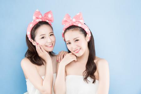 twee schoonheid vrouw met make-up concept op de blauwe achtergrond Stockfoto