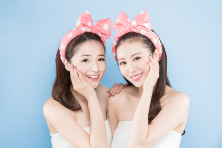 青い背景の概念を作ると 2 つの美容女性