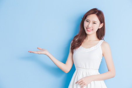 woman smile happily on the blue background 版權商用圖片