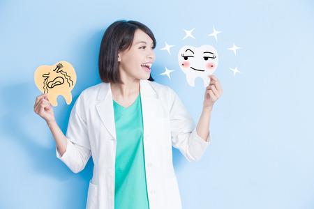 vrouwtentoon neemt verval en gezondheidstandbord op de blauwe achtergrond