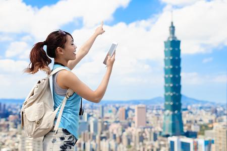 女性が電話を取るし、台北で何かを表示
