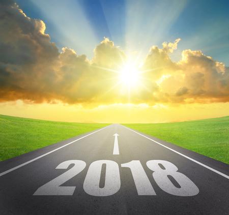 2018 de asfaltweg van het nieuw jaarconcept met pijldatum Stockfoto