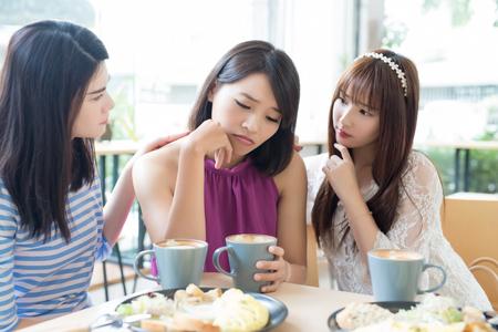 Amici di donna sedersi e sentirsi sconvolto nel ristorante Archivio Fotografico - 88697029