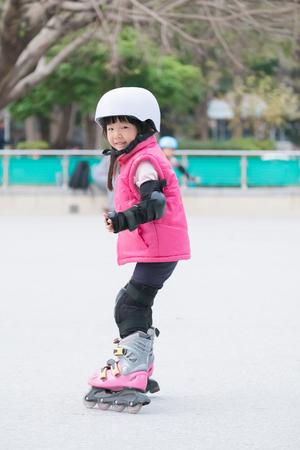 codo: cerca del patinaje sobre ruedas linda chica juego Foto de archivo