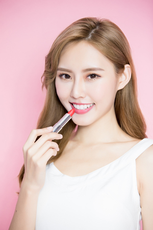 beauty skincare woman take lipstick on the pink background 免版税图像