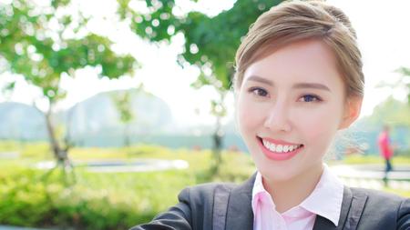 Donna d'affari selfie e sorridi a te Archivio Fotografico - 92331032