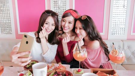 schoonheid vrouwen selfie en dineren in restaurant