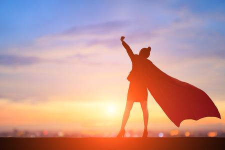 sylwetka super-biznesowej kobiety jest podekscytowana zachodem słońca