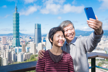selfie di coppia anziana felicemente a Taipei