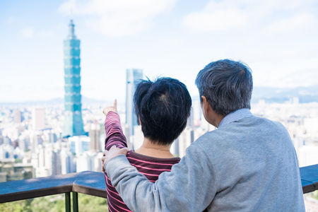 old couple show something to you in the taipei 免版税图像 - 96131002