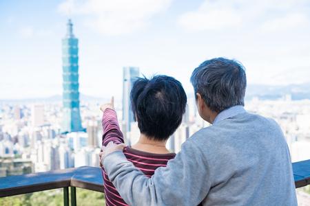 oud stel laat je iets zien in Taipei
