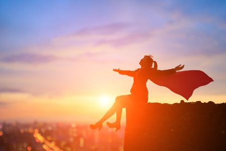 sylwetka kobiety biznesu super czuć się swobodnie na górze