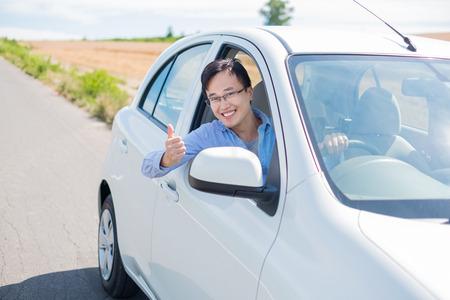 Man sourire joyeusement et la voiture de secours à gardet Banque d'images - 97304517
