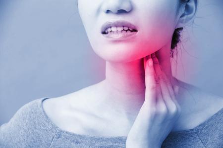 青い背景に甲状腺の問題を持つ女性