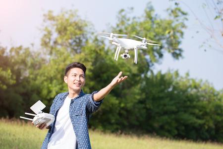 Azië man spelen drone in de buitenlucht