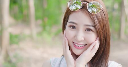 beauté femme porter une attelle et un dispositif de retenue pour les dents sourire joyeusement