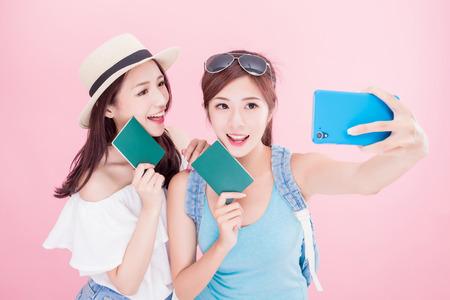 dwa selfie piękna kobieta szczęśliwie z koncepcją podróży na różowym tle Zdjęcie Seryjne