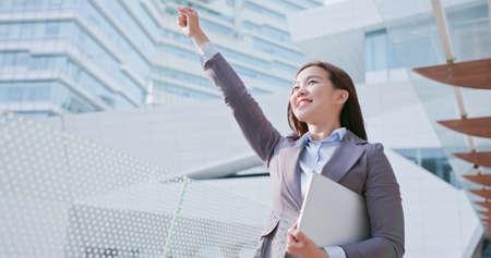Geschäftsfrau lächeln glücklich und fühlen sich aufgeregt