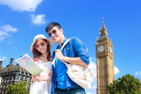 stel neemt wereldkaart en reist naar Londen