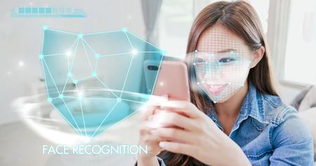 mujer joven está tomando selfie por concepto de reconocimiento facial