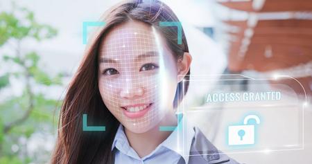vrouw gebruikt slimme telefoonontgrendeling met biometrische gezichtsidentificatie