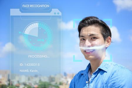 Asiatischer junger Mann, der das Konzept der Gesichtserkennung verwendet.