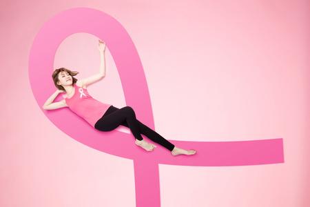 kobieta leży na podłodze i poczuć się zrelaksować dzięki koncepcji zapobiegania rakowi
