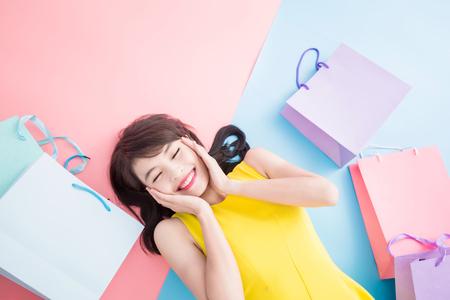 femme prendre joyeusement le sac sur le fond bleu et rose Banque d'images