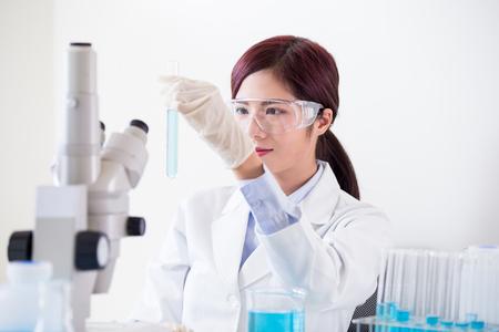 Femme scientifique prendre un tube à essai dans le laboratoire