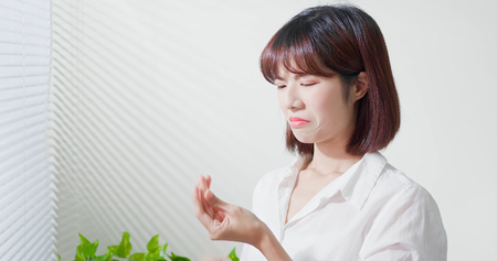 Aziatische vrouw voelt zich verdrietig omdat haar huid erg vettig is op het gezicht