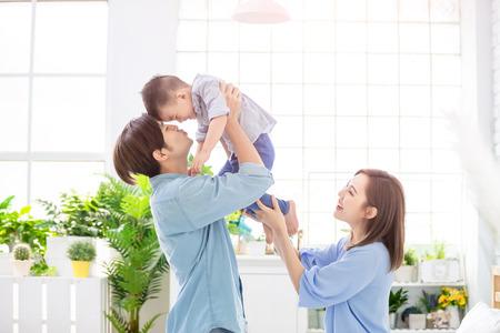 famille heureuse avec enfant garçon jouer et embrasser à la maison
